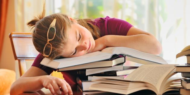 Vous ne tenez plus : vous êtes si fatigués que vous vous endormez partout !
