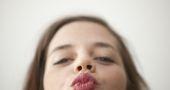 Le rouge à lèvres au lycée, ça le fait ?
