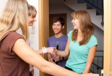 Prévenir ses colocataires quand on reçoit : une des règles à respecter pour une bonne ambiance. //©iStockphoto