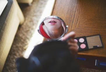 Premiers pas en maquillage ? On vous livre les essentiels. //©PlainPicture