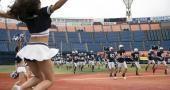 La cheerleader à pompons et le quarterback trop beau gosse, un des couples vedettes de la mythologie des campus américains. //©C-Rea
