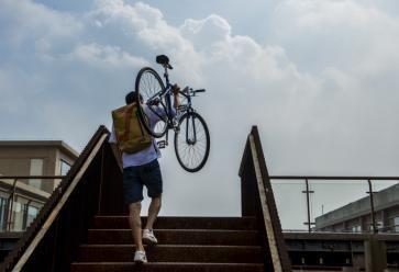 Se déplacer à vélo... ou s'en servir comme haltère, à vous de voir ! //©REA/Lyu Shuai