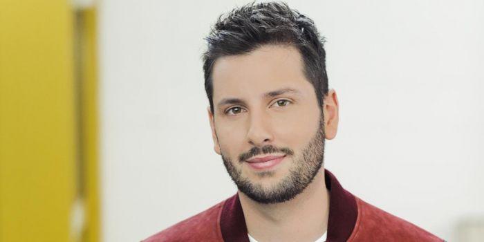 """Maxime Guény est chroniqueur dans l'émission """"Touche pas à mon poste"""" sur C8 depuis 2017."""