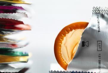 Premier conseil d'utilisation d'un préservatif : ne pas déchirer l'étui avec les dents, des ciseaux ou tout autre objet tranchant. //©PlainPicture