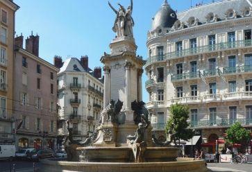 Grenoble, ville étudiante, propose une grande sélection de bars pas chers. //©Wikipédia