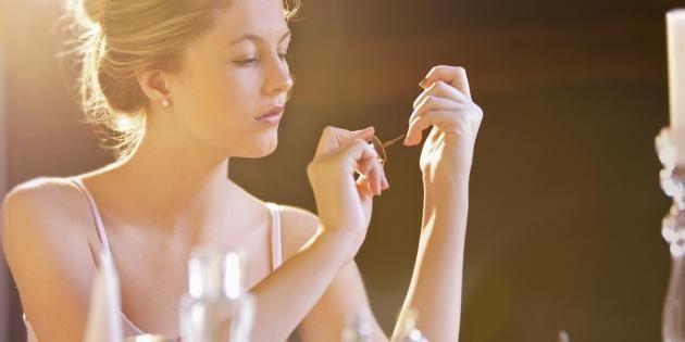 Précis, net et sans bavures : le peel off met en valeur sourcils, lèvres et ongles. //©PlainPicture