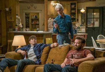 Si vous revenez chez vos parents, évitez de squatter le canapé toute la journée. //©Greg Gayne / Netflix