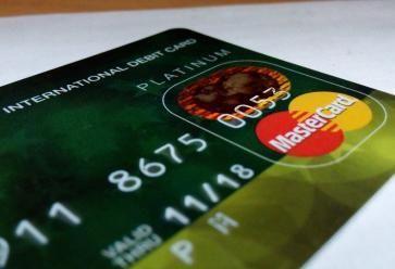 Trouvez la carte bancaire qui ne vous ruinera pas ! //©PlainPicture