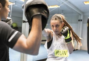 Rien de tel qu'une bonne séance de boxe française pour évacuer votre stress //©PlainPicture