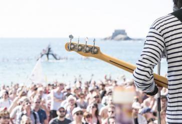 De la bonne musique les pieds dans l'eau, c'est possible ! //©Nicolas Joubard / La Route du Rock
