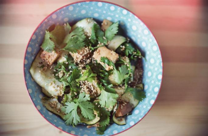 food recette de salade asiatique courgette et tofu l 39 etudiant trendy. Black Bedroom Furniture Sets. Home Design Ideas