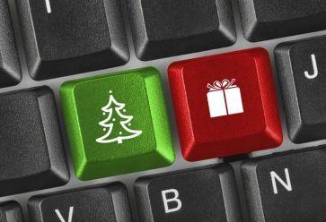 Cadeaux de Noel sur internetiStock //©