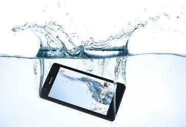 Saut acrobatique renversé carpé... pas forcément la meilleure idée pour la durée de vie de votre smartphone. //©Sony