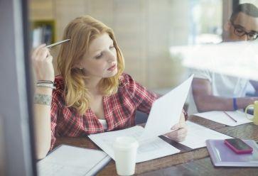 Première étape si vous vous sentez noyé(e) par le travail : admettre qu'une nouvelle organisation s'impose. //©PlainPicture