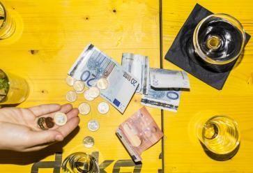 Entre sorties, loisirs et dépenses alimentaires, il n'est pas toujours simple de boucler son budget... //©PlainPicture