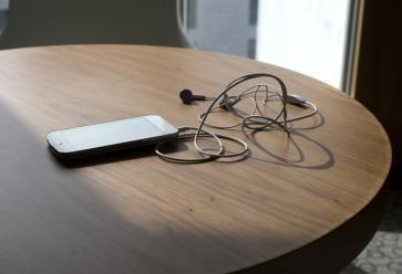 Arriverez-vous à laisser votre smartphone à la maison ? //©PlainPicture