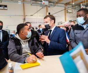 Emploi des jeunes : Macron promet plus de stages et de mentors