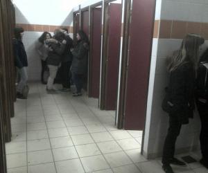 Au collège et au lycée, les élèves évitent les toilettes