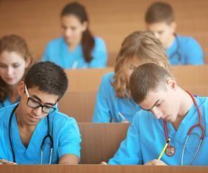 À la rentrée 2020, un étudiant en soins infirmiers doit débourser 318,12 € de plus que la moyenne