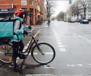 """Étudiant et coursier Deliveroo : """"C'est très fatigant de marier études la journée et vélo le soir"""""""